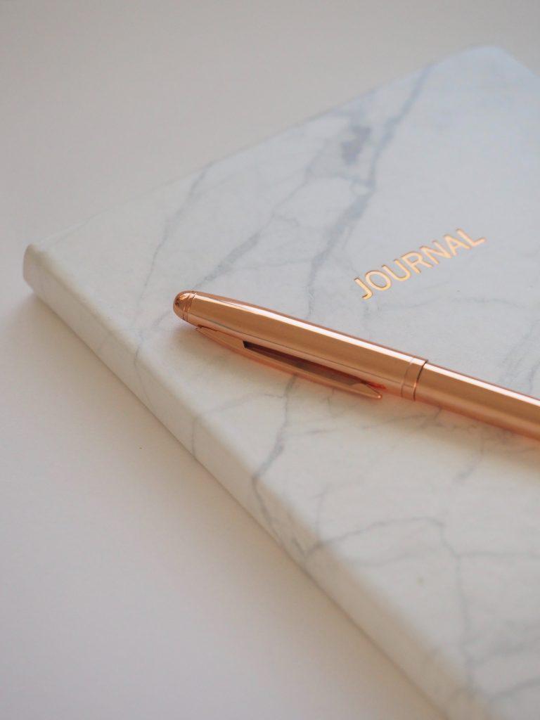 Notizbuch mit Stift Arbeitsplatz